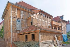 """Auf der Gebäuderückseite, an der sich zuvor Anbauten befanden, packten die Handwerker Lehmsteine in die Gefache hinein<span class=""""bildnachweis"""">Fotos: Jan Kobel</span>"""