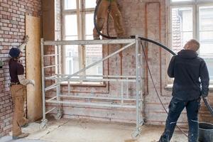 Die bis zu 48 cm dicken Außen- und Innenwände des Fabrikgebäudes verputzten die Handwerker mit Lehm