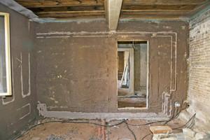 Rechts: Auftrag von Lehmputz auf die Innen- und Außenwände