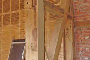 """Die auf das innen hinter die Fachwerkaußenwände gestellte Holzständerwerk genagelten Schilfrohrmatten verputzten die Handwerker anschließend mit Lehm. Der 12cm tiefe Hohlraum dazwischen ist zur Dämmung mit Blähton und Holzwolle-Leichtbauplatten gefüllt<span class=""""bildnachweis"""">Fotos: Spooren Architekten</span>"""