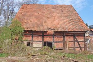 """Der ehemalige Schafstall in Gütersloh vor (links) und nach Sanierung und Umbau zum Wohnhaus<span class=""""bildnachweis"""">Foto (links): Spooren Architekten</span>"""
