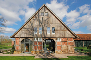 """Charakteristisch für die einstige Nutzung des zum Wohnhaus umgebauten Schafstalls sind die doppelte Deelendurchfahrt und der hohe Natursteinsockel<span class=""""bildnachweis"""">Fotos (2): Thomas Wieckhorst</span>"""