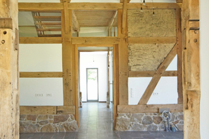 In einem Gefach (rechts im Bild) blieb im Gebäude die originale Füllung mit Lehm auf Weidengeflecht erhalten