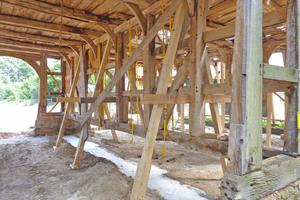 Rechts: Hier sind die alten Natursteinsockel bereits abgeräumt und darunter neue Fundamente betoniert