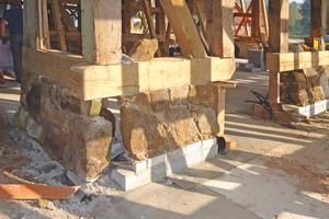 Rechts: Den Natursteinsockel mauerten die Handwerker auf Porenbetonsteinen auf