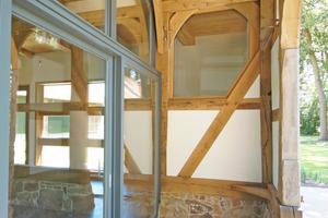 Auf der Gebäuderückseite ist die neue Glasfassade in der rechten der beiden Deelendurchfahrten soweit nach innen ins Haus versetzt, dass davor eine Loggia entsteht
