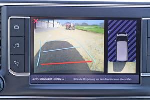 Die optionale Rückfahrkamera ist gerade bei der geschlossenen Laderaumtrennwand empfehlenswert – das Bild wird auf dem gut zu bedienenden Touchscreen angezeigt