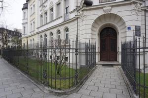 Kaiser-Ludwig-Platz-rekonstruierte-einfriedung