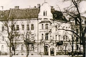 Links: Auf dem historischen Foto lässt sich der Originalzustand allenfalls erahnen