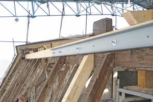 Linke Seite: Denkmalgeschützter Dachstuhl mit Stahlkonstruktion verstärkt