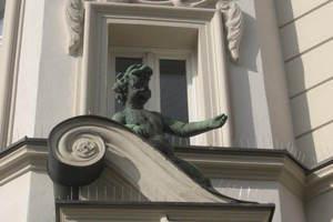 Kaiser-Ludwig-Platz-detail-portal