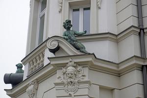 "Rechts: Details am restaurierten Eingangsportal<span class=""bildnachweis"">Foto: Thomas Schwarzmann</span>"