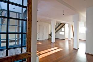 "Im ausgebauten Dachgeschoss entstanden zwei großzügige, moderne Maisonettewohnungen<span class=""bildnachweis"">Fotos: Pro Bau</span>"