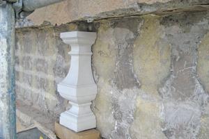 Schatz gefunden: bei den Vorarbeiten kamen an der Fassade die Spuren bauzeitlicher Baluster zum Vorschein