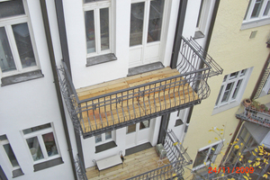 Rechts: Neu Balkone an der Gebäuderückseite
