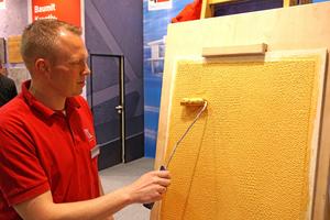 Mirko Rossmann, Vorführmeister bei der Firma Baumit, bringt eine Goldfarbe auf eine Putzoberfläche auf, die er zuvor mit Hilfe einer Luftpolsterfolie strukturiert hat Fotos: Thomas Wieckhorst