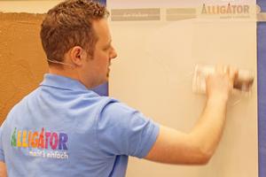 """Rechts: Patrick Schütte zeigt auf dem Stand der Firma Alligator die Verarbeitung der metallischen Spachtelmasse """"Art Veluto"""""""