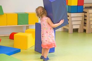 Rechts: ... und abschließend einen strapazierfähigen Vinylboden, auf dem die Kinder spielen können