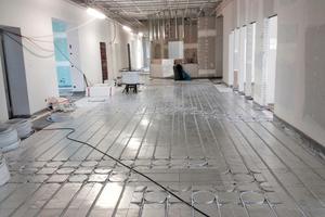Rechts: Die Elemente der Fußbodenheizung sind mit Wärmeleitblechen abgedeckt