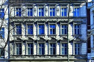 """Links: Die Fassade des Vorderhauses vor Beginn der Umbau- und Sanierungsarbeiten<span class=""""bildnachweis"""">Foto: Yves Sucksdorff</span>"""