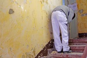 """Rechts: Auch im Treppenhaus mussten die Maler viele Farb- und Spachtelschichten entfernen, die übereinander lagen<span class=""""bildnachweis"""">Foto: Christoph Sieber</span>"""