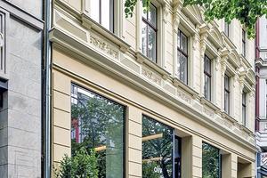 """Das Erdgeschoss des Vorderhauses hatte man schon 1877 für eine Ladennutzung umgebaut. Heute befindet sich darin ein Café<span class=""""bildnachweis"""">Foto: Robert Herrmann</span>"""