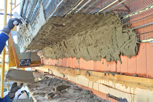Die am Bestand erhalten gebliebenen Gesimse gaben den Schablonen die Form vor, mit deren Hilfe die Stuckteure die neuen Gesimse zogen