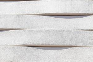 Das Relief der geputzten Bossenbänder erzeugt je nach Sonnenstand und Blickwinkel ein lebendiges Schattenspiel auf der Fassade des Wohnhauses in der Münchner Reichenbachstraße