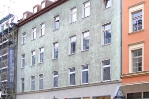 """Der ursprüngliche Fassadenschmuck des Gründerzeitwohnhauses fiel dem """"Fassadenhobel"""" zum Opfer<span class=""""bildnachweis"""">Foto: Hild und K Architekten</span>"""