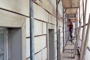 """Montage der Stuckformteile am Ziegelmauerwerk des Wohnhauses in der Münchner Reichenbachstraße<span class=""""bildnachweis"""">Fotos: Hild und K Architekten</span>"""