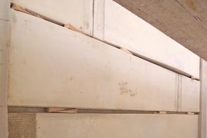 Den horizontalen Abstand der Bossenbänder legten die Handwerker mit Holzkeilen fest