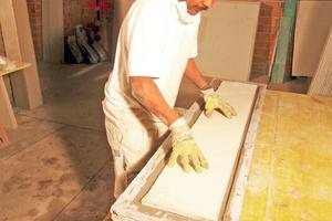 Für dicke Stuckelemente legten die Handwerker eine Putzträgerplatte in die Gussform ein …