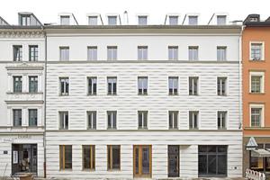 """Das traditionelle Gestaltungsmittel der Bossierung, das im Historismus der Gründerzeit auch in München mit Putz imitiert reichlich Verwendung fand, interpretierte das Büro Hild und K Architekten als gegenläufig-wellenförmige Bossenbänder neu<span class=""""bildnachweis"""">Fotos: Michael Heinrich</span>"""