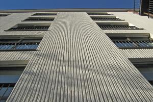Der Putz dieser Fassade eines Mehrfamilienhauses an der Georgenstraße in München wurde mit Schnüren strukturiert Foto: Baumit