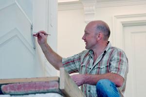 Rechts: Alles aus einer Hand: auch Malerarbeiten werden ausgeführt