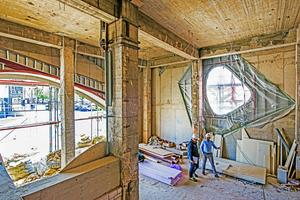 Foyer im Bau: Gut erkennbar, ist die asymmetrische Aussparung für eines der Fenster, die später mit einem WDVS nach innen verjüngt modelliert werden