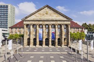 """Haupteingang des Kongress Palais am Holger-Börner-Platz in Kassel<span class=""""bildnachweis"""">Fotos (2): Kassel Marketing</span>"""