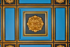 Detailaufnahme der Kasettendecke: Goldglänzende Rosetten heben sich dort heute eindrucksvoll vom blau-schwarzen Hintergrund ab