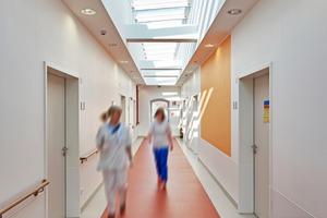 Der tageslichthelle Krankenhausflur lässt Patienten und Personal daran teilhaben, ob draußen die Sonne scheint, ob es bewölkt ist oder ob es regnet