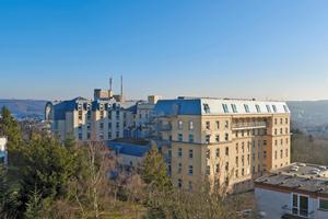 """Das Agaplesion Bethesda Krankenhaus in Wuppertal stockte einen bestehenden Gebäudetrakt um ein Dachgeschoss mit Mansarddach und modularem Oberlicht-System auf<span class=""""bildnachweis"""">Fotos: Velux</span>"""
