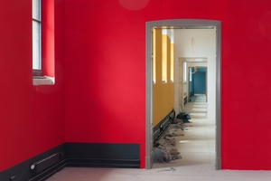 Roter Farbanstrich im zweiten Obergeschoss