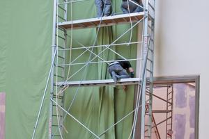 Wandbespannung mit grünem Stoff im Oberlichtsaal<br />Fotos: Claus Cordes / HAUM