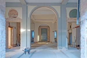 Links unten: Neues Foyer im Erdgeschoss mit wieder geöffneten historischen Türdurchgängen