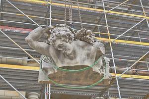 """Rechts: Am Kran schwebt ein Teil der Kolossalfigur des Antinous im Schlüterhof in die Höhe<span class=""""bildnachweis"""">Fotos: SHF / Stephan Falk</span>"""
