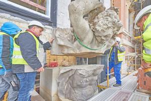 Mitte Juni wurden die Teile der Kolossalfigur des Antinous von den Handwerkern am Portal des Schlüterhofs auf der Baustelle des Berliner Schlosses zusammengesetzt