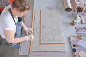 """Lokaltöne werden im ersten Schritt im Verlauf der Form aufgesetzt<span class=""""bildnachweis"""">Fotos: Städtische Meisterschule für das Vergolderhandwerk München</span>"""