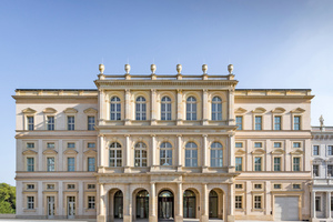 """Die zum Alten Markt gerichtete Schaufassade des zu Beginn dieses Jahres in Potsdam eröffneten Museums Barberini ist bis auf die Toreinfahrt in das Untergeschoss rechts des Portikus eine originalgetreue Rekonstruktion des Palais Barberini<span class=""""bildnachweis"""">Fotos (2): Helge Mundt / Museum Barberini </span>"""