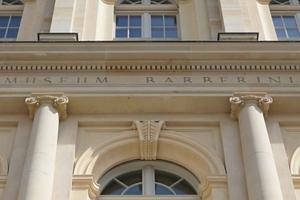"""Bei den Gesimsen der Rundbogenfenster mit von Blattornament geschmücktem Schlussstein im Zenit handelt es sich um Betonfertigteile<span class=""""bildnachweis"""">Foto: Thomas Wieckhorst</span>"""
