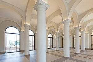"""Das Foyer mit den aus Rabitz hergestellten Säulenummantelungen, Kuppelgewölben und Gurtbögen<span class=""""bildnachweis"""">Fotos (2): Helge Mundt / Museum Barberini</span>"""