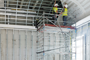 Rechts: Beplankung der Unterkonstruktion aus gebogenen Metallprofilen mit Gipskartonplatten für die gewölbten Decken der so genannten Voutensäle